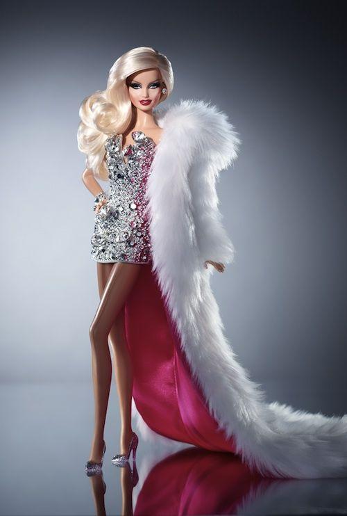 Montadíssima, essa Barbie Drag Queen é o mais recente lançamento da Mattel e transforma a boneca em uma verdadeira artista performática – maquiagem pesada, um cabelo estonteante e muito, muito brilho. Um vestidinho revestido de jóias falsas e um casaco de pele longuíssimo finalizam o visual exagerado da Drag Barbie, que está à venda online …