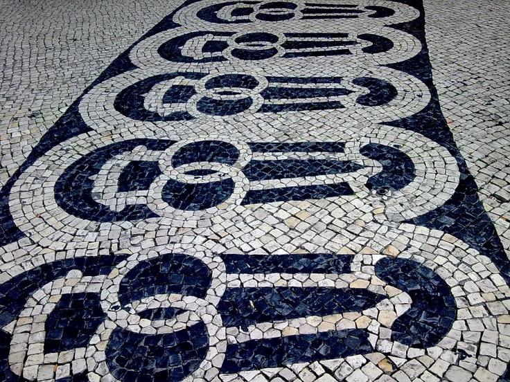 CALÇADA PORTUGUESA, Chiado, Lisbon, Portugal. http://en.wikipedia.org/wiki/Portuguese_pavement | Photography: o blogue desconhecido. http://obloguedesconhecido.blogspot.pt/2010/04/calcadas-de-lisboa.html