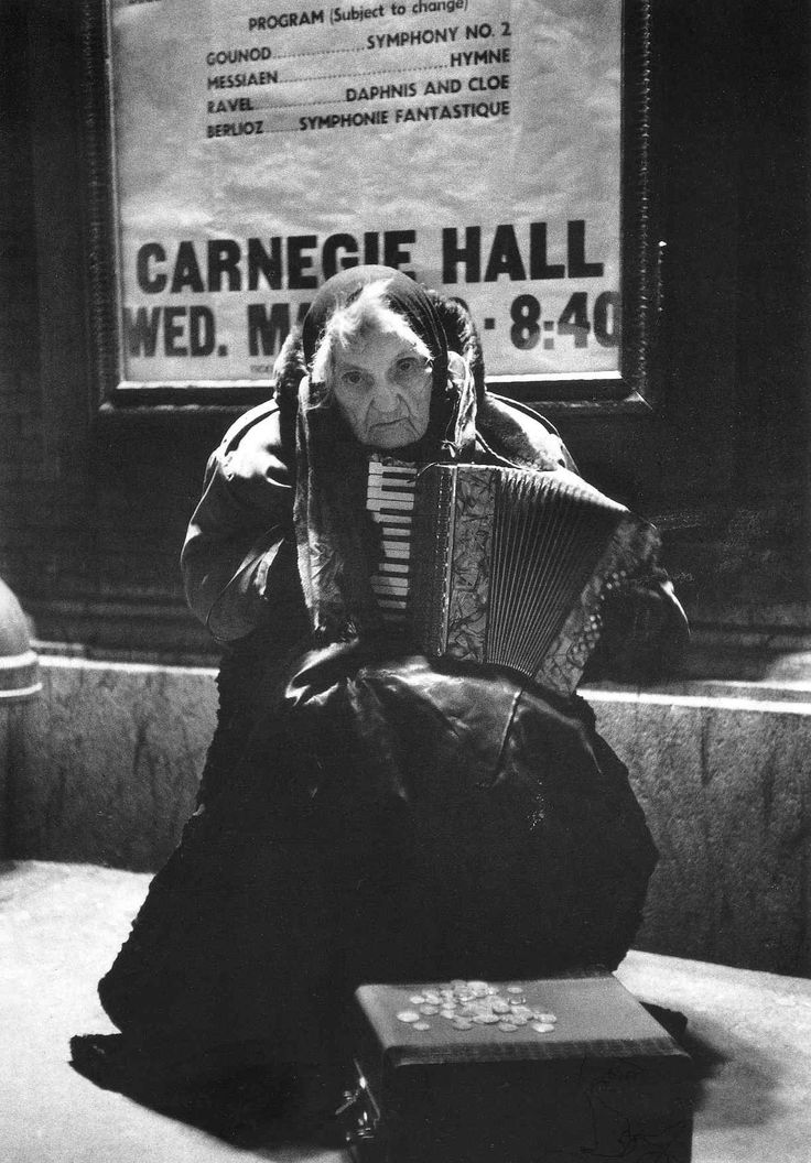 Alfred eisenstaedt 80 year old street musician lylah tiffany playing the accordion and begging outside carnegie hall 1960