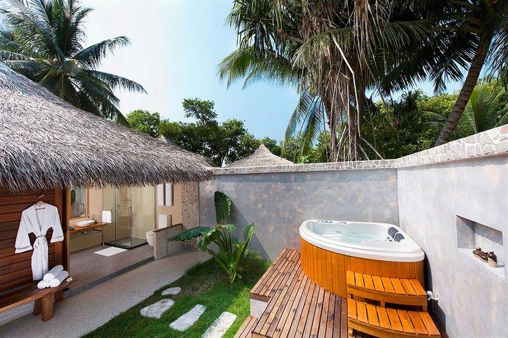 Ari Atoll, Kuramathi Island Resort:  Beach Villa, jossa mm. ulkokylpyhuone ja oma jacuzzi. #Kuramathi_Island_Resort www.finnmatkat.fi...#Finnmatkat