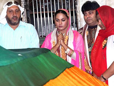 Veena Malik and Ravi Alhawat Visited Mahim Dargah to seek blessing for Supermodel!