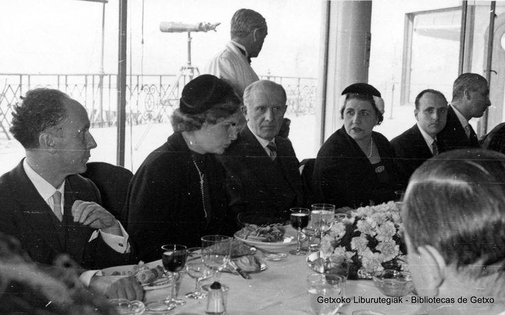 Visita del príncipe Otto de Austria al Club Marítimo del Abra, 1954. En el centro de la mesa, el alcalde de Getxo Juan Bautista Merino Urrutia (Colección Archivo municipal de Getxo) (ref. 05775)