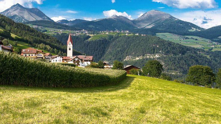 In Hotel Rogen in Zuid-Tirol, #Italië, leer je alles over het boerderijleven! Het hotel beschikt over een boerderij met geiten, varkens, kippen en koeien. Hier zie je oa hoe boter en kaas worden gemaakt! Een unieke ervaring voor het hele gezin! #boerderijvakanties