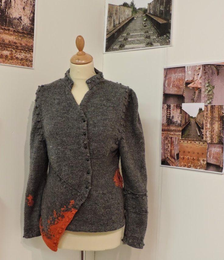 Becca tansley staat op de foto van dit vest met onderste helft dwars gebreid waarin oranje patroon en doppen naast mouwinzetten . Geïnspireerd op foto's van brug op achtergrond , oranje is roest