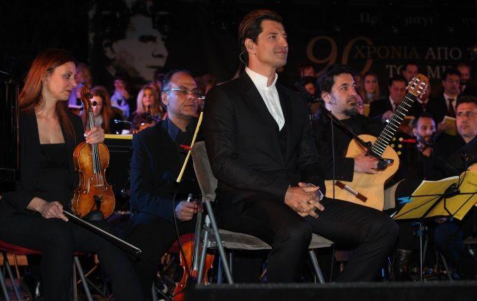 """Δείτε τον Σάκη Ρουβά να τραγουδάει το """"Άξιον Εστί"""" – Αποθεώθηκε από 15.000 θεατές"""