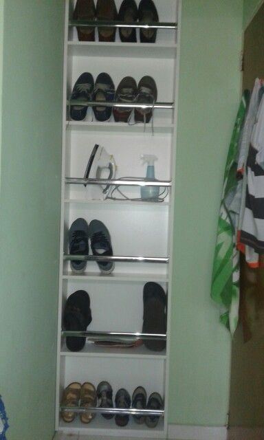 Aproveitando cada minúsculo espaço do apartamento, sapateira compacta mas muito espaçosa.