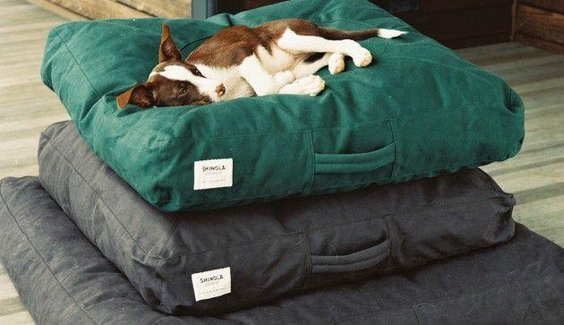 Die Shinola Hundebetten sind zweifellos so etwas wie der Himmel auf Erden für unsere geliebten Vierbeiner. Mit einer Füllung aus 95% Federn und 5% Daunen finden selbst sensible Hunde eine bequeme Liegeposition, in der sie über ihr Reich wachen oder angenehm einschlummern können. Die Hülle ist aus robustem und pflegeleichtem Baumwoll-Canvas gefertigt...