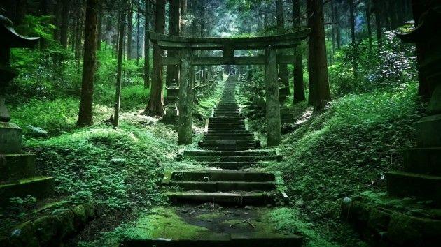 熊本県の阿蘇郡にある上色見熊野座神社。まるで訪れる人を選別するかのような張りつめた雰囲気が、別世界への入り口のようにも感じられます。