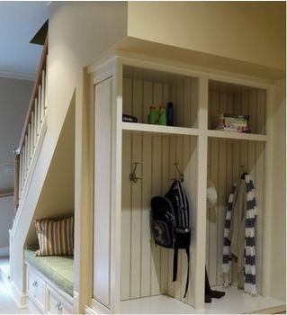 Кровать под лестницей.