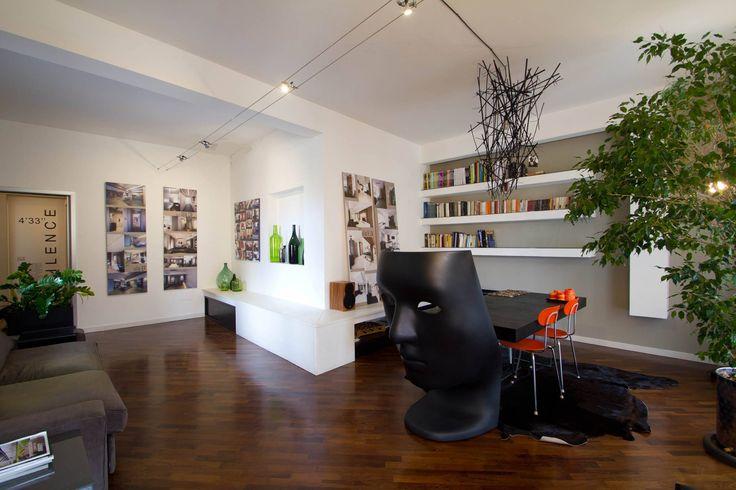#DORIArchitetti #lavoro #studio #sedianovembre #progetti #piante #interno #parquet #divano #tortora #white #bianco #arredi #bottiglievetrocoloraro #bottle
