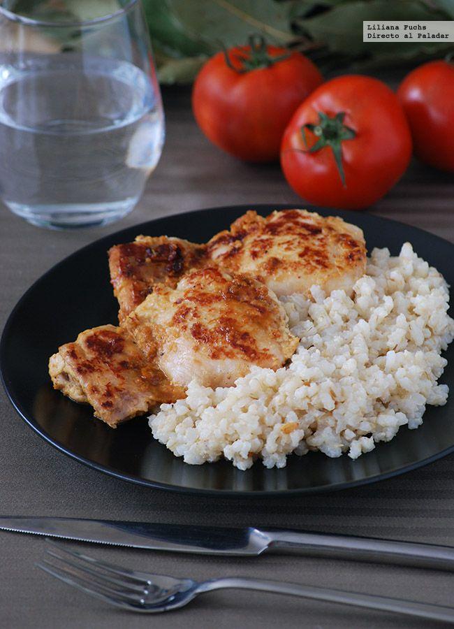 Contramuslos de pollo al yogur con arroz integral especiado.