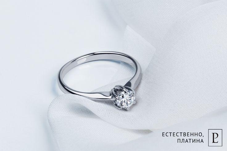 Классические формы этого помолвочного кольца не разочаруют даже обладательницу самого тонкого вкуса. Платина и единственный бриллиант - для той, кто знает, чего хочет. #кольцо #кольцоскамнем #помолвочноекольцо #колечко #ring #brilliant #кольцомосква #ювелирные_украшения