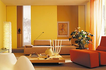 Analoge kleurencombinatie van oranje geeltinten en witten. Ook hier weer het subtiele contrast door de groene plant. Zeer pittige en vrolijke omgeving, geschikt voor grote ruimten met voldoende lichtinval.