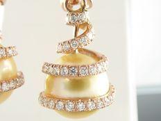 Orecchini a bottone in oro rosa con esclusiva perla dei Mari del Sud color oro e 92 diamanti tagliati per un totale di 1,00 ct