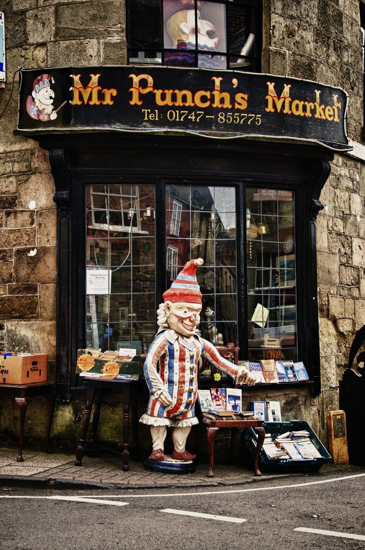 Mr punch is ready to grab unsuspecting passers by who are for Carrelage du sud boulevard saint germain