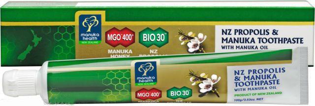 Il dentifricio con Miele di Manuka MGO400 & Propoli BIO 30 combina tre ingredienti naturali attivi: - Propoli BIO 30 della Nuova Zelanda per un efficace igiene orale, dovuto ad un alto livello di BIOflavonoidi presenti nella quantità di almeno 30 mg/g (BIO 30). - Miele di Manuka MGO400 e olio di Manuka, che mantengono in salute denti e gengive. - Oli essenziali ed erbe sono stati aggiunti per fornire gusto e lasciare un alito fresco e pulito. Non contiene: fluoro, nè conservanti.
