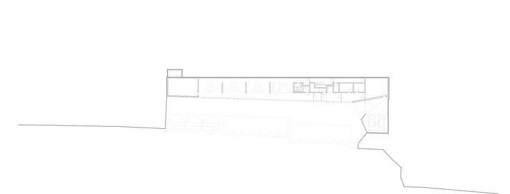 Situé sur une parcelle extrêmement étroite prise entre l'autoroute A1 et une ligne à haute tension, le projet utilise ces contraintes par le développement d'une morphologie singulière proposant un bâtiment étroit et long exploitant le maximum d...