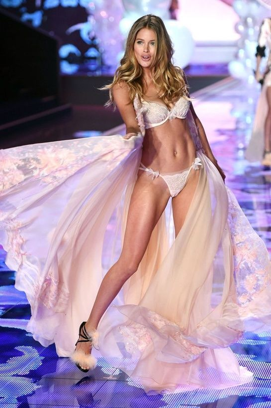 Doutzen Kroes http://www.vogue.fr/mode/news-mode/diaporama/le-defile-victoria-s-secret-2014-angels-show/21417/image/1117403#!le-defile-victoria-039-s-secret-2014-doutzen-kroes