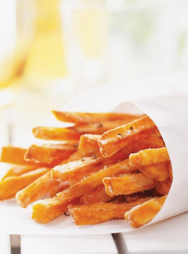 Recette de Ricardo. Une recette de frites de patates douces. Une recette classique mais toujours très appréciée. À déguster sur la terrasse.