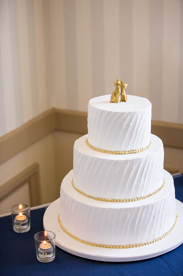 gold cake toppers simple white and gold wedding cake with a cat topper 4525