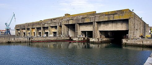 Base de submarinos U-Boot en La Rochelle    Durante la Segunda Guerra Mundial, la Alemania nazi estableció una base naval para sus submarinos en La Pallice, el principal puerto de La Rochelle, Francia. La fortaleza está construída de hormigón y hierro, un conjunto a prueba de bombardeos que hoy día permanece perfectamente conservada.
