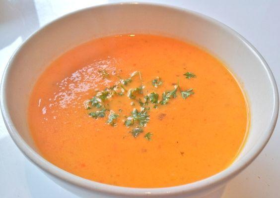 Ook de lekkerste Italiaanse paprikasoep maak je natuurlijk gewoon helemaal zelf. Bekijk dit lekkere soep recept op AllesOverItaliaansEten.nl!