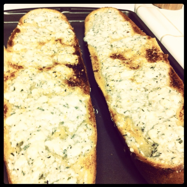 Gorgonzola Knoblauch Käsebrot, der Favorit des Mannes! Es ist sooo gut …   – Favorite Recipes