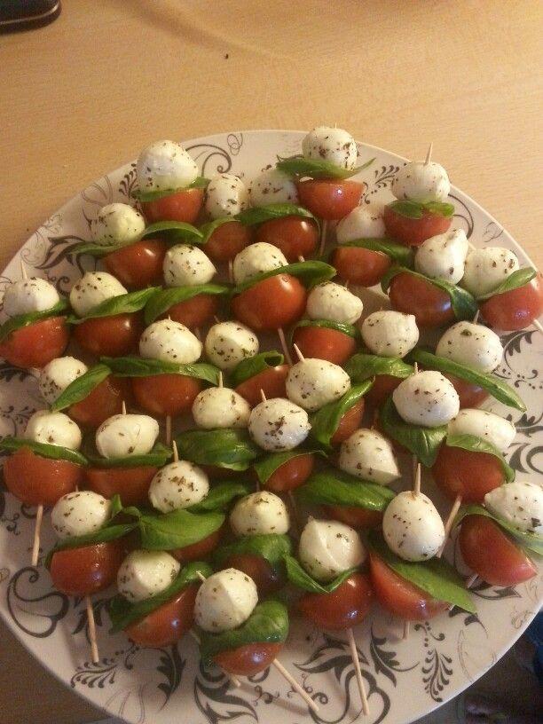Cherrytomaatje (halveren), basilicum en mozzarella. Mozarella in dressing van olijfolie, peper, zout en Italiaanse kruiden.