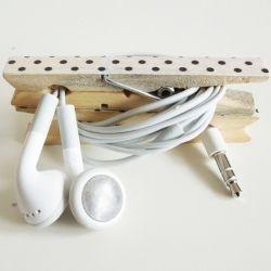 Peg earphones holder