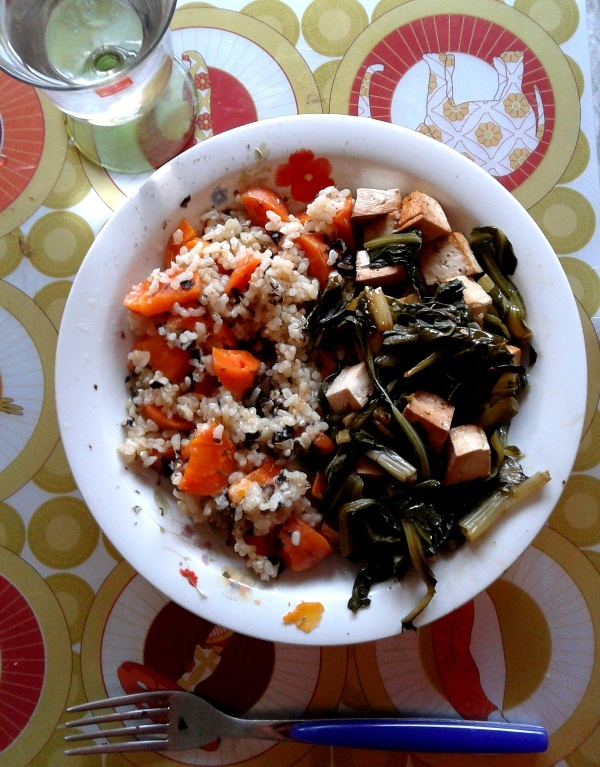 Risoo integrale con carote e alghe nori; tofu saltato in padella con cicoria.