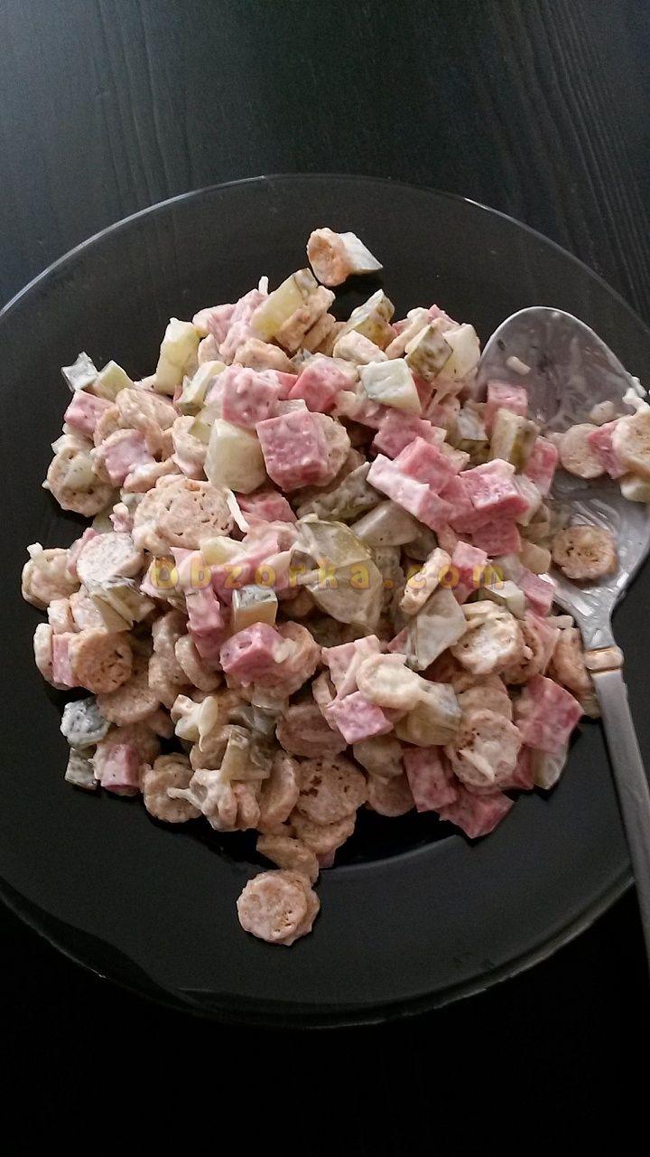 Совершенно не полезный салат с кириешками, но очень вкусный