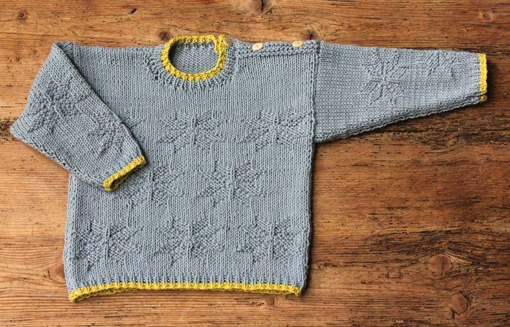 Strikkefasthed 24 m = 10 cm. Der skal selvfølgelig stjerner på blusen til babystjernen, for alle babyer er jo stjerner! Blusen strikkes i det blødeste økologiske bomuld, som bl.a. fås i smukke douce farver – her en fin grå nuance med kontrastborter i karrygult. Blusen knappes på skulderen, så den er nem at få af og på. Strikkeopskriften er i 3 størrelser, og stjernemønsteret strikker du…