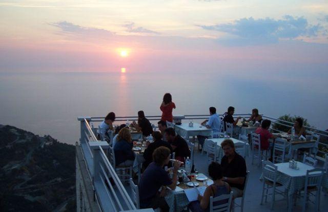 Σε αυτό το εστιατόριο τρως ανάμεσα στα σύννεφα. Και είναι στην Ελλάδα!