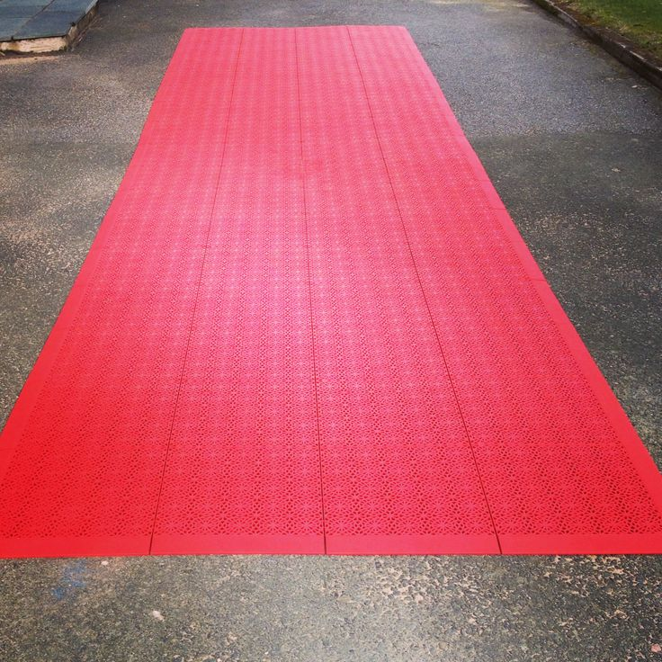 Party coming up? Make a perfect entrance on the red carpet with a Bergo Flooring! Keeps your shoes dry, even in rain. 10 sqm, ca 15 minute installation. Quick & easy to remove and store.