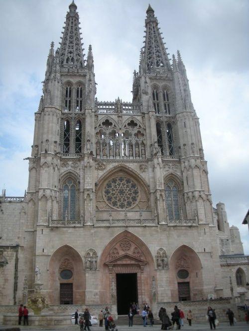 スペイン北部、カスティーリャ・イ・レオン州のブルゴス県の県都であるブルゴスを訪れました。11世紀から約4世紀にわたって、カスティーリャ・イ・レオン王国の首都として栄えた街です。サンティアゴ巡礼の道途上の重要な中継地でもあり、スペインの英雄であるエル・シドの生誕の地でもあります。<...