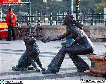 Этот памятник  на набережной Пешта
