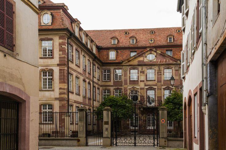 """Ancien hôtel particulier de la famille Hammerer, dit """"Cour des Couples"""" car situé rue des Couples, à Strasbourg, France."""