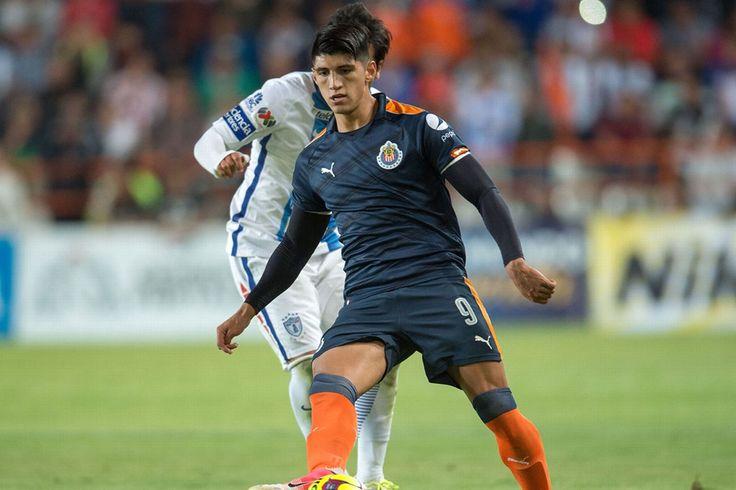 EL GRAN GESTO DE ALAN PULIDO CON UN AFICIONADO El delantero mexicano se tomó el tiempo de firmarle una playera a un seguidor rojiblanco que ingresó al terreno de juego.