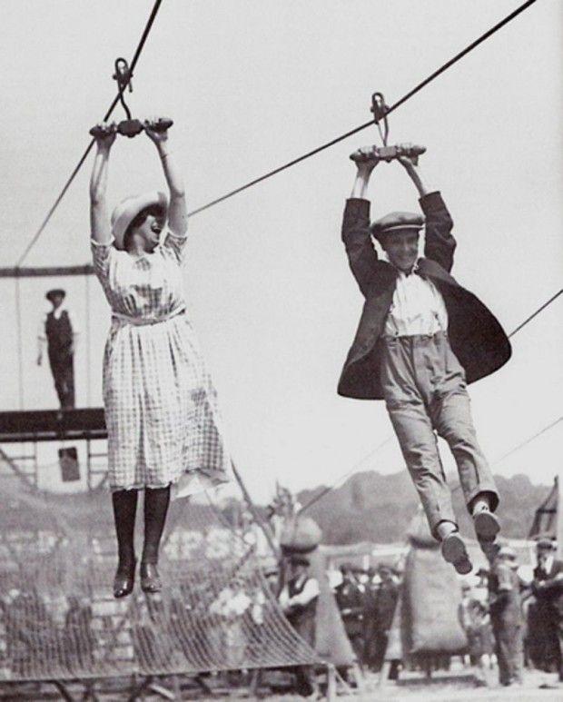 Casal desfruta de uma antiga tirolesa em uma tarde de fim de semana, em 1923.