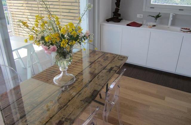 Utilização de uma porta velha como uma mesa de jantar                                                                                                                                                     Mais