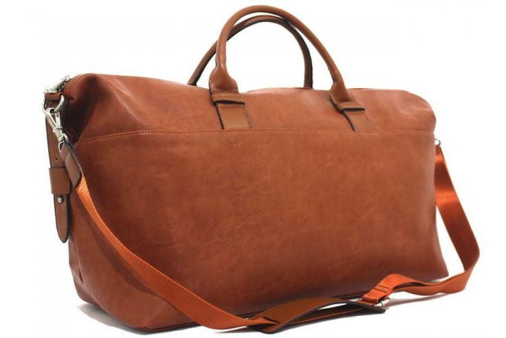 Cestovní taška přes rameno Bobby Black vhodná na cesty, na sport nebo jen tak. Uvnitř tašky je další kapsa na zip a menší kapsy na drobnosti a také na tužky. Uvnitř také kapsa na notebook. Taška má tmavou podšívku a stříbrné kovové doplňky. Zapínání na zip. Materiál technická kůže k nerozeznání od pravé.