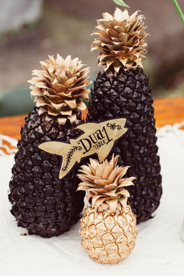 Spray painted pineapples | Kama Catch Me - Fiji Wedding Photographers | see more on: http://burnettsboards.com/2014/12/marriage-fijian-wedding-editorial/