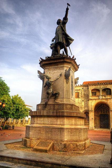 Estatua de Colón, Santo Domingo, Republica Dominicana.  Colon descubrio Republica Dominicana en 1492.  Europeos establecieron en Santo Domingo.                               -Luke Christy 1050