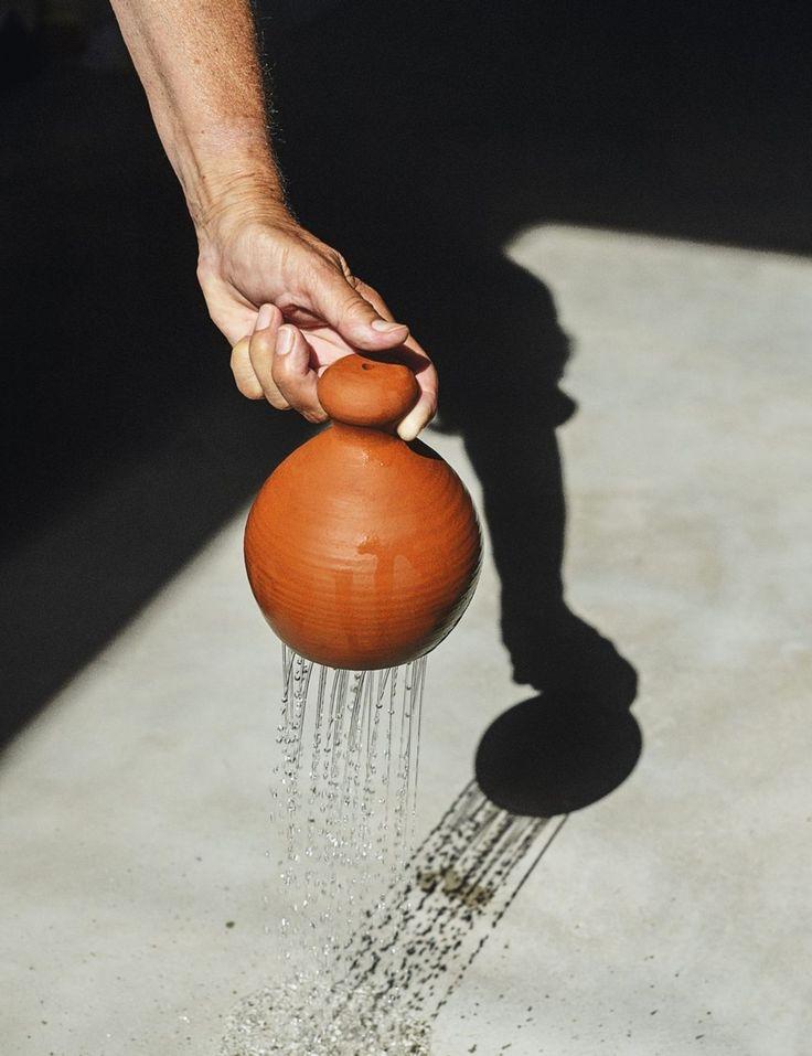 """Medieval watering can. После того, как наполненный водой, погружением в воду, рот открытие chantepleure с большой палец, чтобы удерживать воду. Когда человек поднимает палец, вода льется и лейкой """"плачет"""". В Средние века он служил для полива рассады и маленькие хрупкие растения садов."""