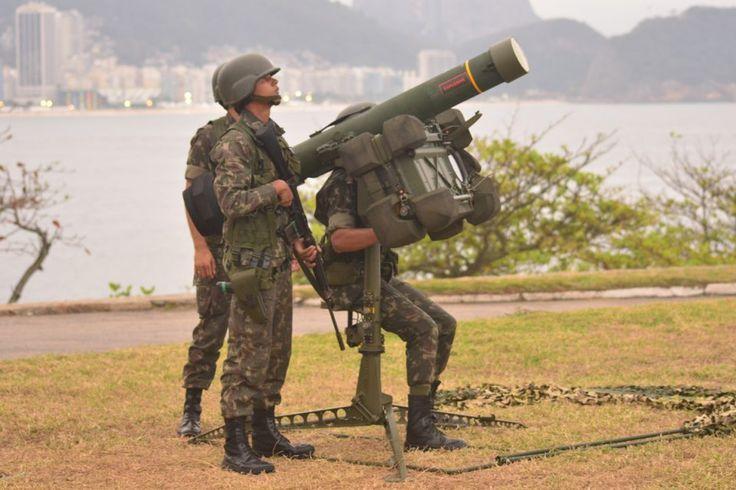 O míssil disparado pelo sistema RBS 70 pode abater aeronaves voando a até 5.000 metros de altitude (Divulgação)