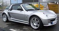 Prototipos Brabus V6 Bi-Turbo [ editar ]  Smart Roadster Coupe Brabus.  Brabus Coupe, trasera En 2003, el alemán tuninghouse Brabus creó una versión prototipo del Roadster Coupé con dos fusionó motores de 3 cilindros para celebrar el 100 aniversario de la Solituderennen . Este V6 bi-turbo motor tenía una potencia máxima de 160 kW (218 PS, 215 CV) para un peso de sólo 840 kg (1.852 libras), dándole la misma relación potencia-peso como un Porsche 911 Carrera 4S. Inteligente afirmó que el coche…