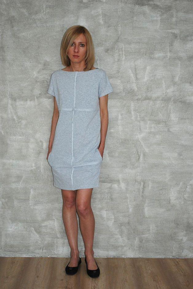 Sukienka z reglowanym dekoltem i krótkim rękawem. Świetna dla dziewczyn w każdym rozmiarze.  Surowe przeszycia dodają uroku, a kieszenie po bokach na pewno się przydadzą.