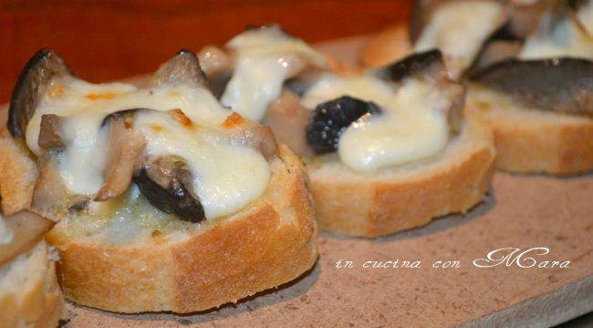 Bruschette con funghi e mozzarella