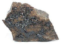 HISINGERITA. Es un mineral secundario brillante, de color negro o marrón oscuro, que se ha formado por lameteorizacióno alteraciónhidrotermalde otros minerales desilicatoysulfuro de hierro. Hay una variedad llamada hisingerita de aluminio en el que uno de losátomosdehierrose sustituye por otro dealuminio.[