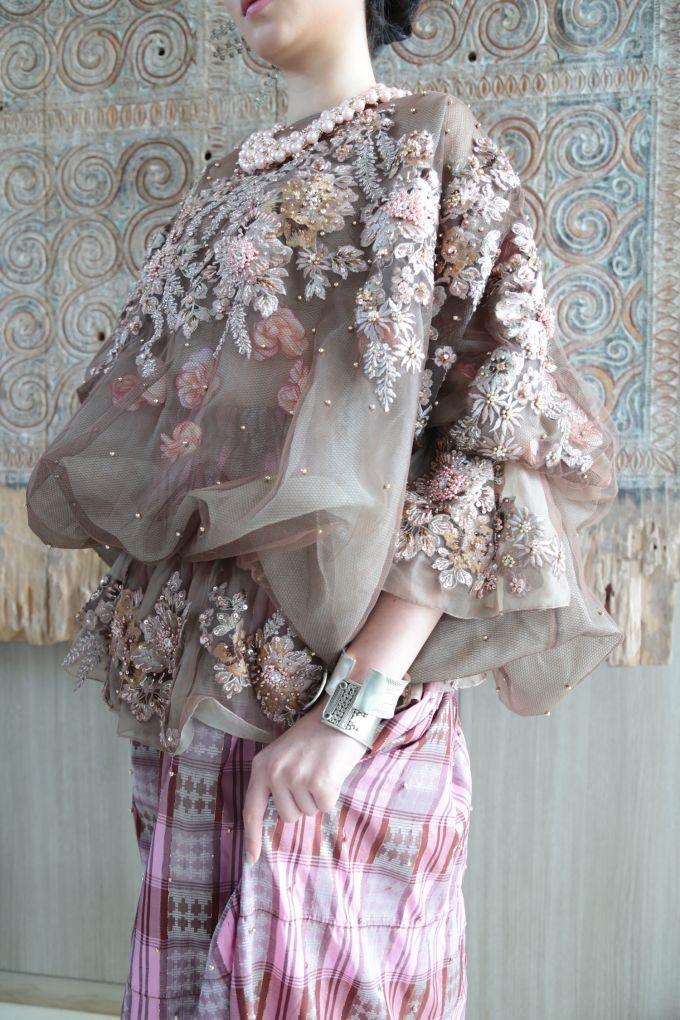White Elegance by SVARNA by IKAT Indonesia Didiet Maulana - 001